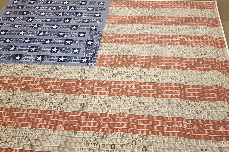 Drapeau américain avec les visages des victimes du 11 septembre