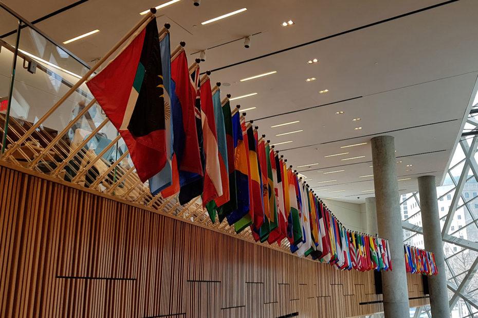 Drapeaux internationaux dans le hall du musée du 11 septembre