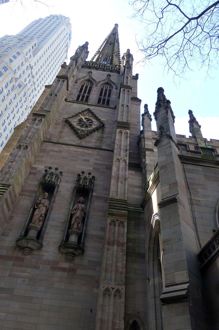 Sa flèche d'inspiration néogothique s'élance entre les gratte-ciel