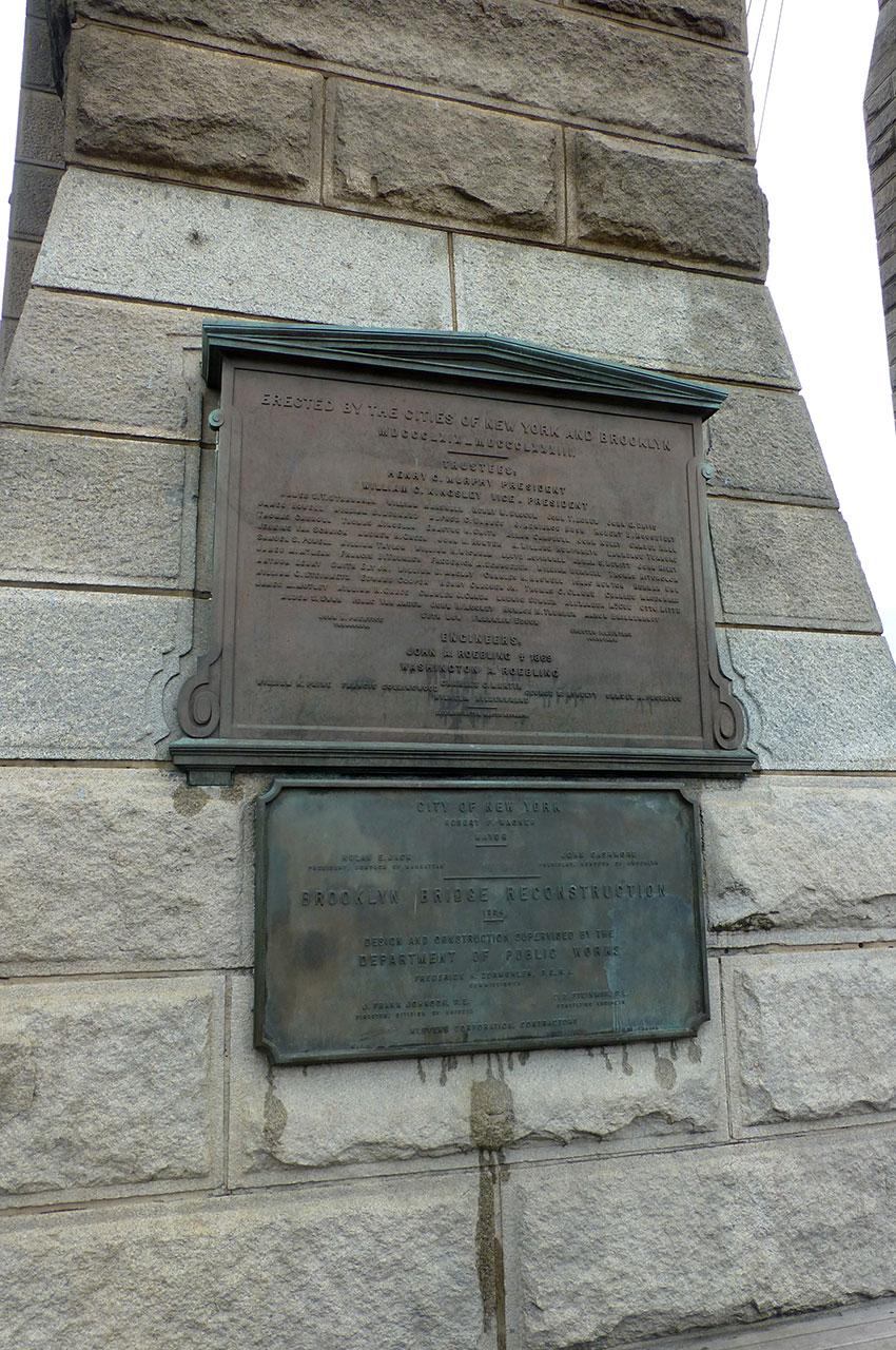 Plaques en mémoire de la construction et de la reconstruction du pont