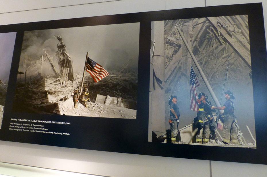 Pompiers brandissant le drapeau américain à Ground Zero