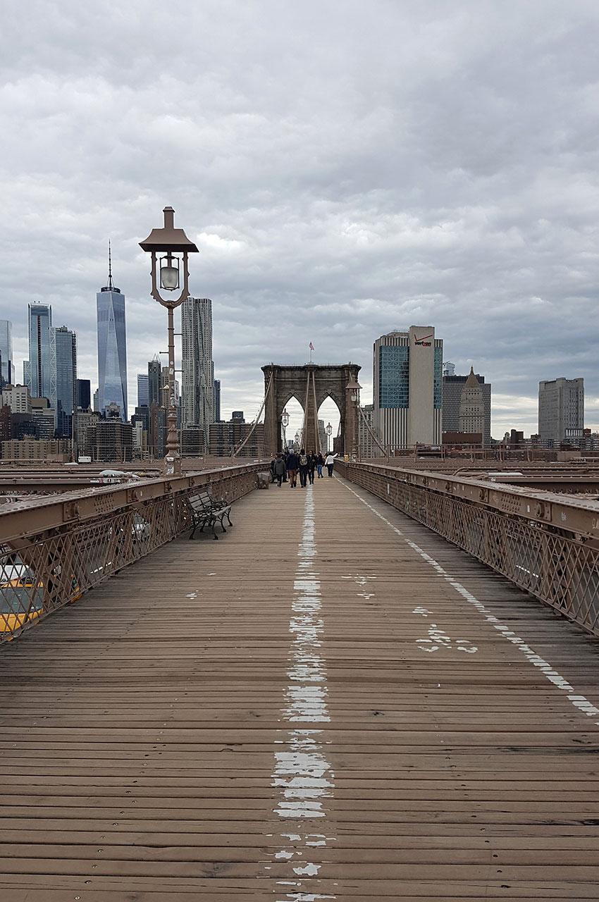 Le sol du pont est recouvert de planches de bois