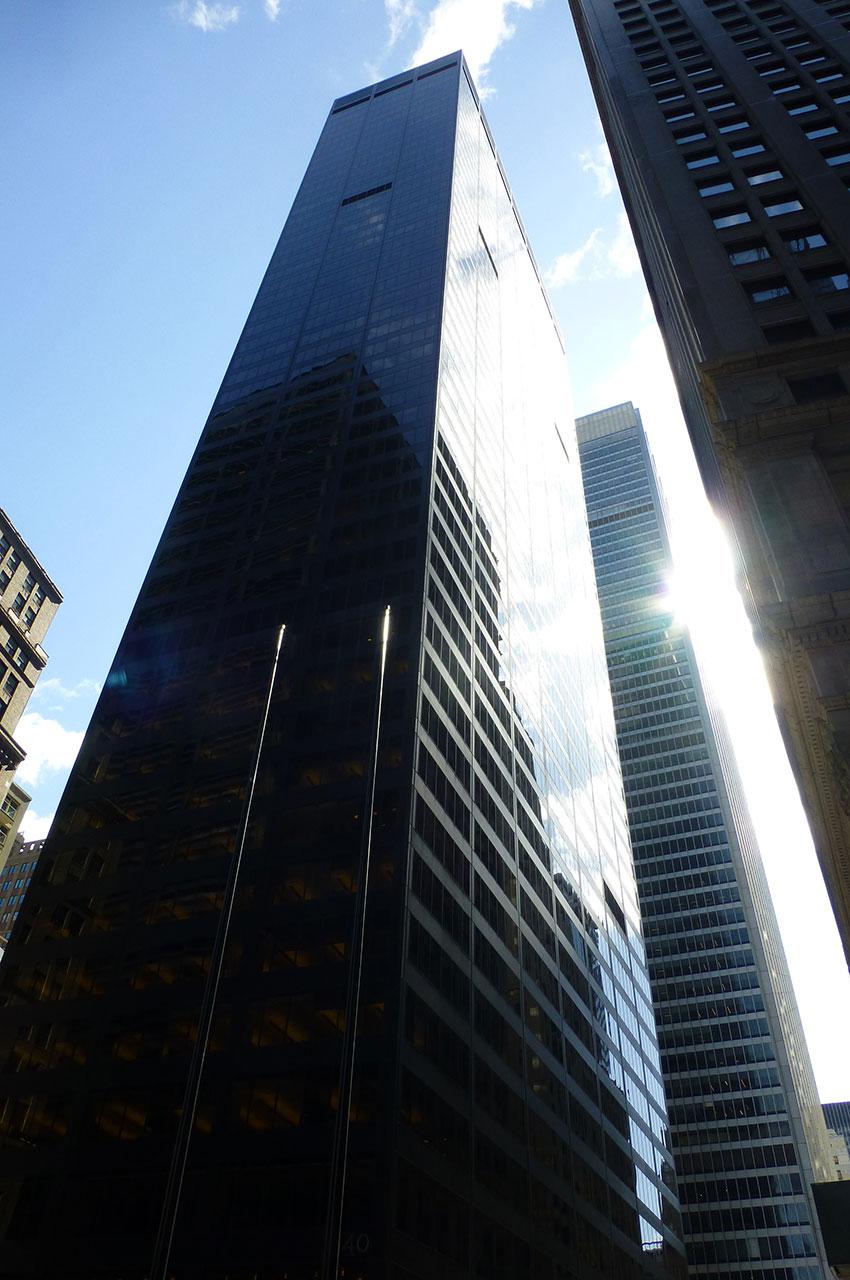 Le soleil se reflète sur le verre des buildings à Wall Street