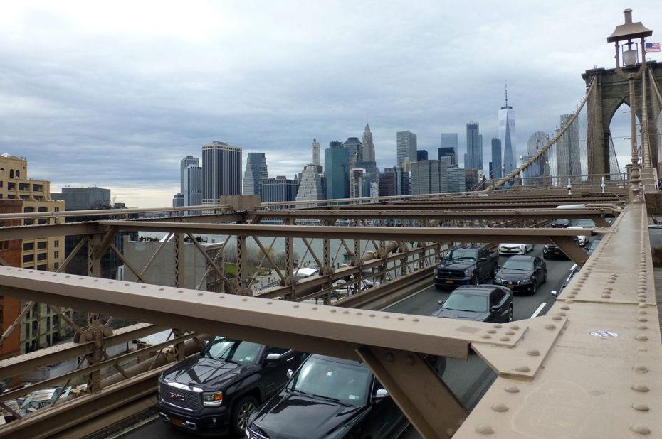 Sur le pont de Brooklyn, face aux buildings de Manhattan