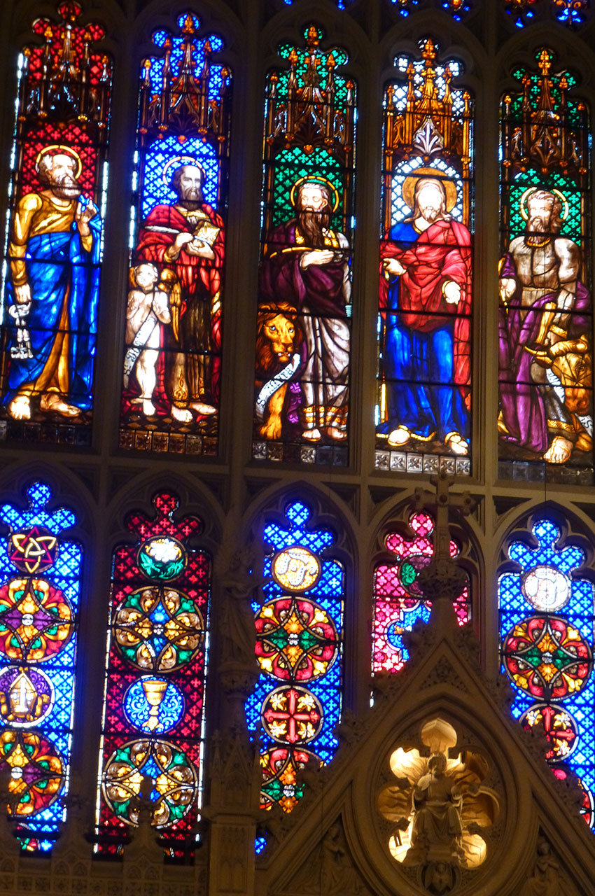 Vitraux représentant les apôtres