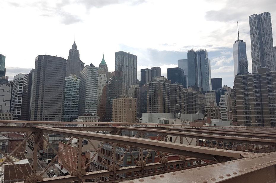 Vue sur les buildings de Manhattan depuis Brooklyn Bridge