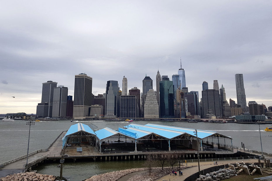 Vue sur l'île de Manhattan depuis Brooklyn