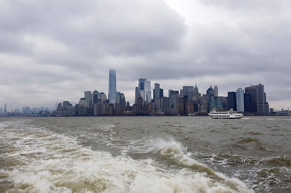 Bateau de croisière au large de Manhattan