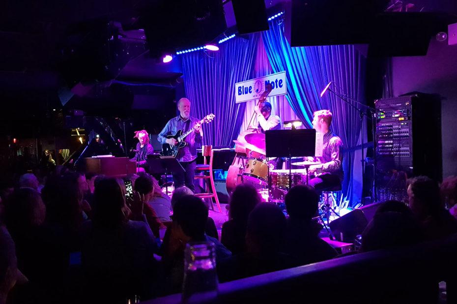 Le Blue Note est bondé pour le concert de John Scofield