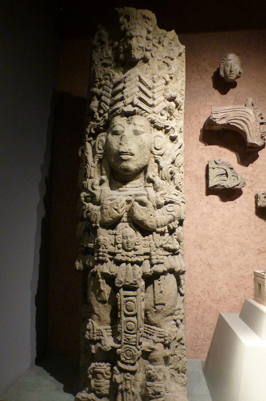 Colonne à l'entrée d'un temple aztèque