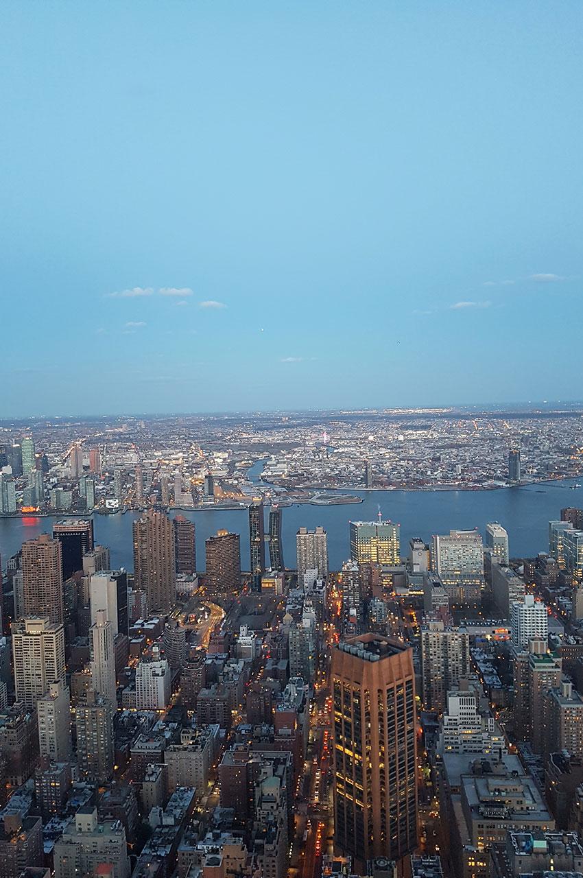 East River et Brooklyn au loin, au crépuscule