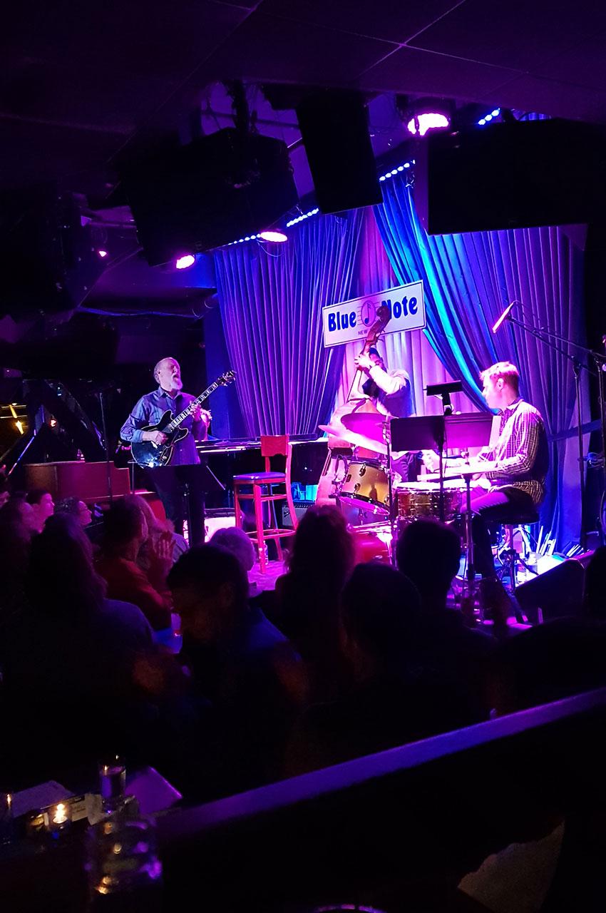 Le guitariste John Scofield pendant son concert au Blue Note