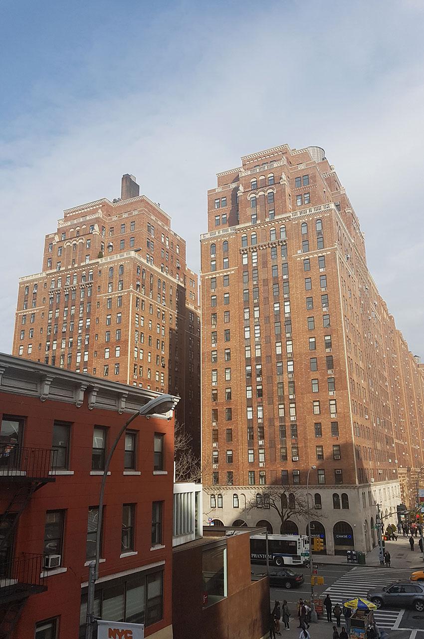 Immeuble sur la 10e avenue renfermant notamment un bureau de poste