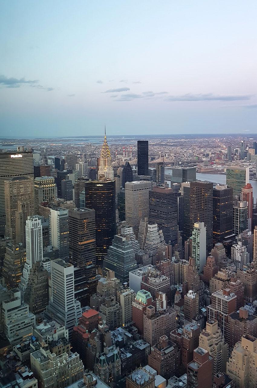 La nuit tombe sur la ville aux millions de fenêtres