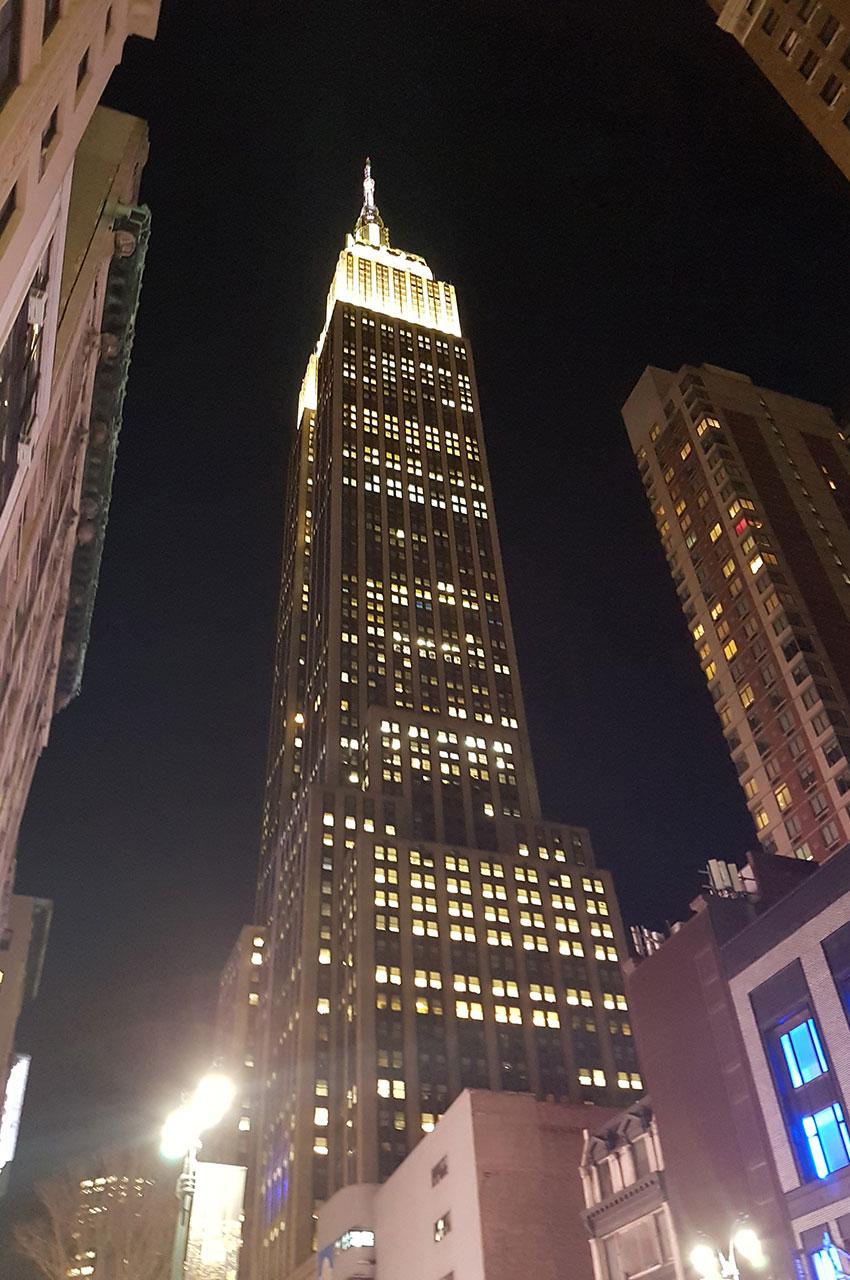Au pied de l'Empire State Building, de nuit