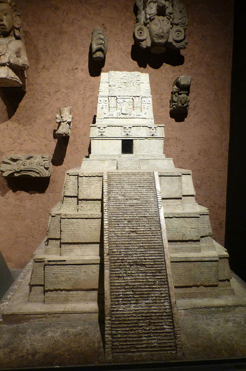 Pyramide miniature des cultures d'Amérique Centrale