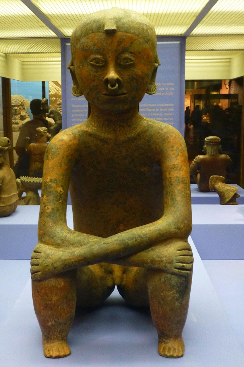 Statue d'un homme avec un anneau dans le nez