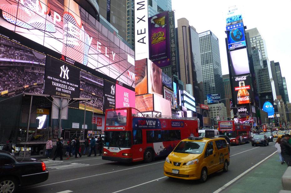 Taxis et bus forment un flot ininterrompu de circulation à Times Square