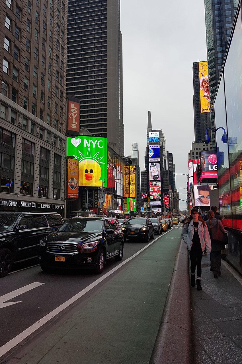 À Times Square, des voies pour les voitures, les piétons et les vélos