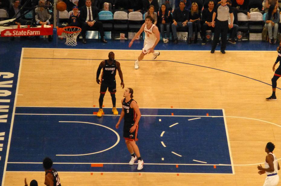 Action de jeu des Knicks, en maillot blanc
