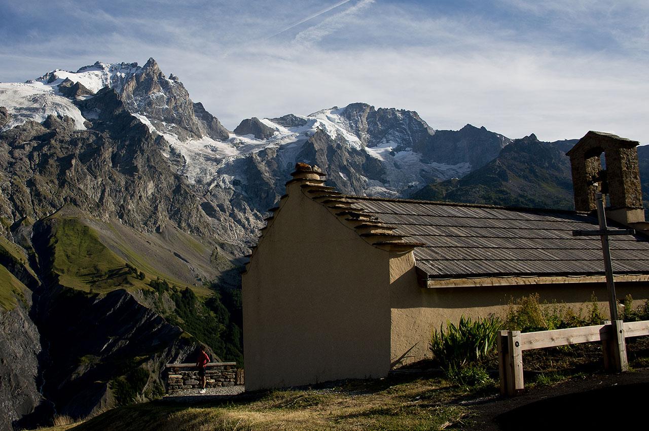 Chapelle à La Grave, face à la Meije et au Râteau, dans le massif des Écrins