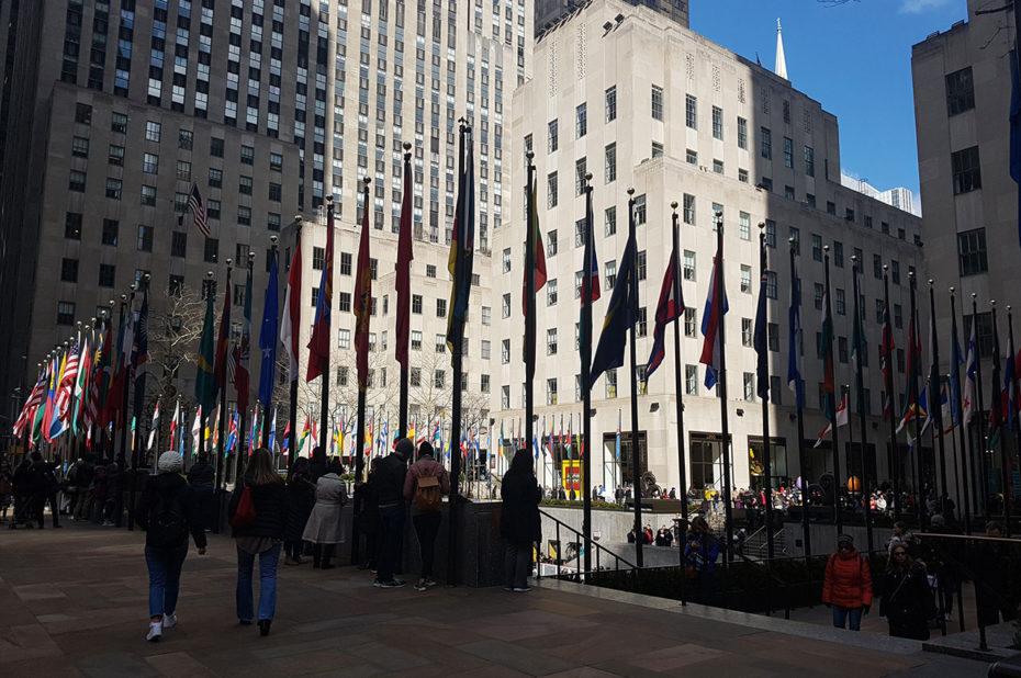 Drapeaux sur l'esplanade du Rockefeller Center
