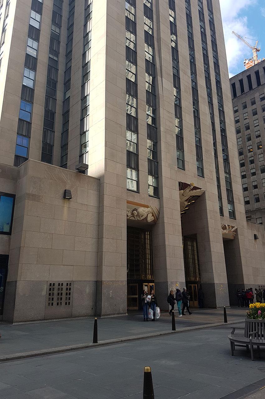 L'entrée du building sis au 30 Rockefeller Plaza