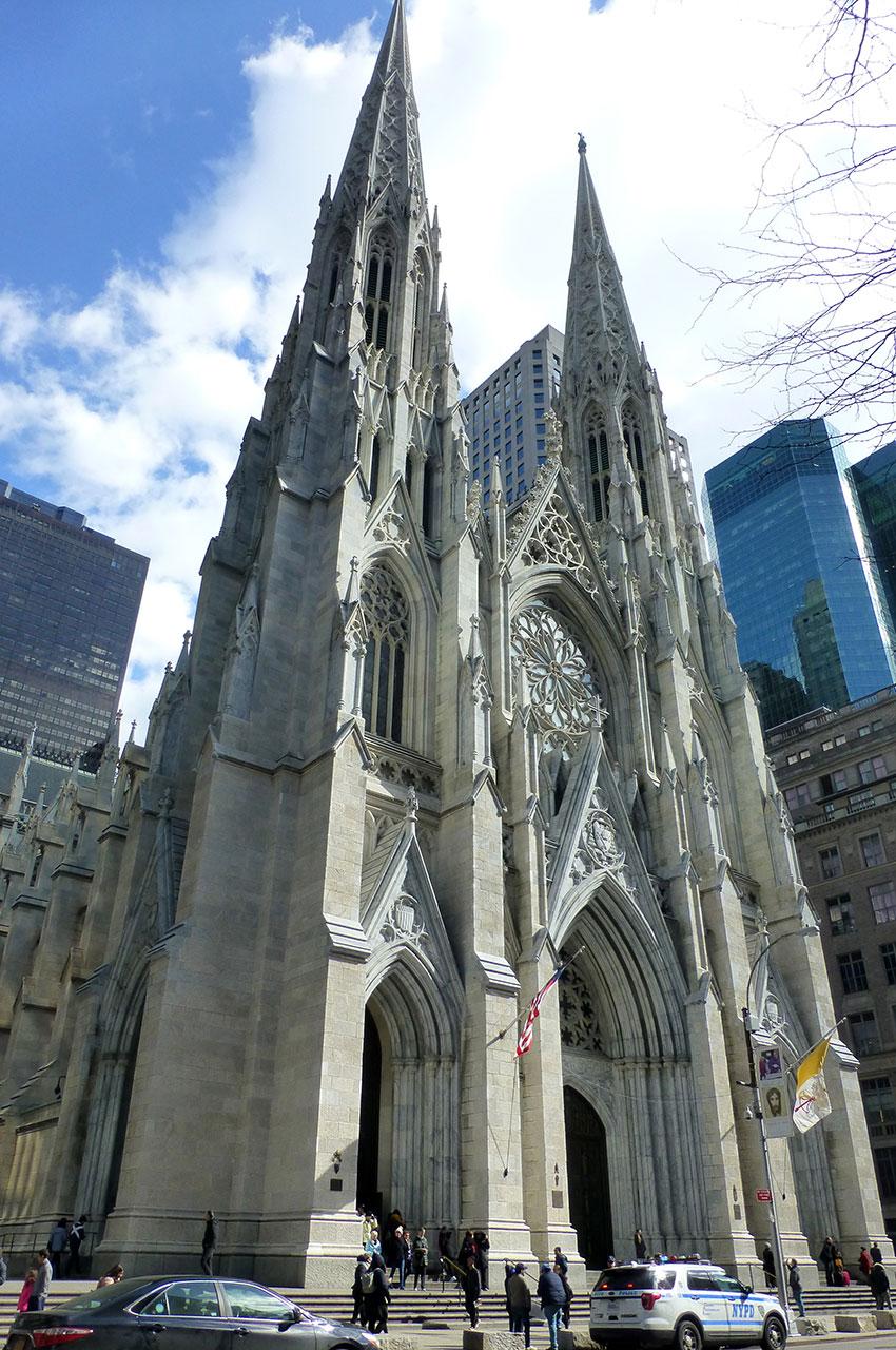 Les flèches de la cathédrale culminent à plus de 100 mètres