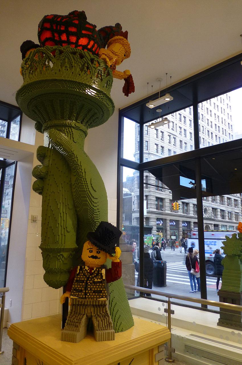 Grande construction en Lego dans la boutique officielle