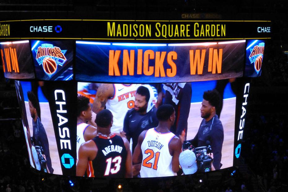 Les joueurs de Knicks et des Heat se congratulent à la fin du match