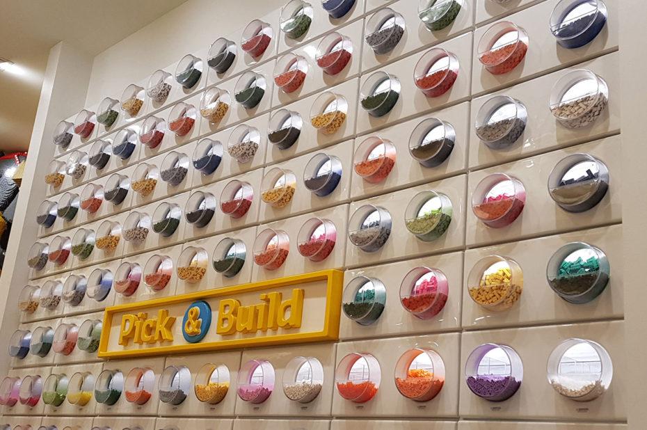 Un mur de pièces de Lego de toutes les couleurs