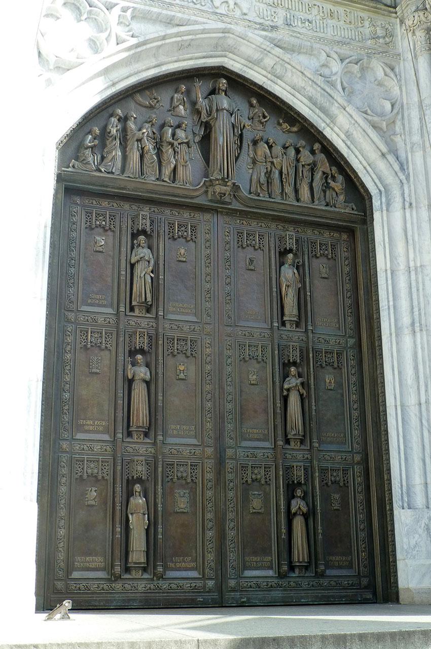 Porte en bronze à l'entrée de la cathédrale Saint-Patrick