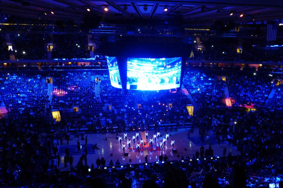 Show de danseurs et de lumières pendant la pause des quart-temps