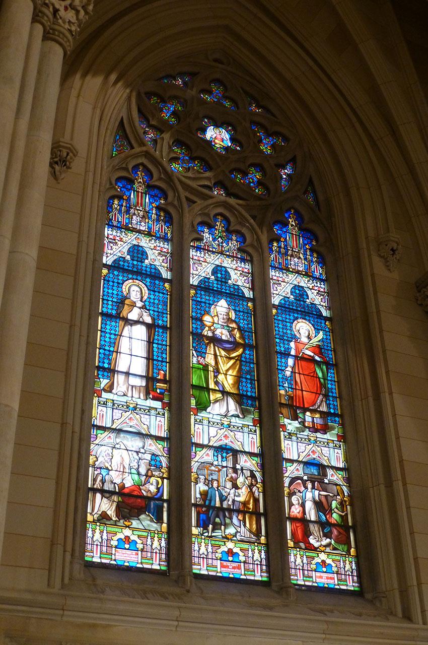 L'un des 3700 vitraux que compte la cathédrale