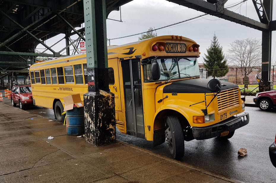 Bus scolaire dans les rues de Brooklyn