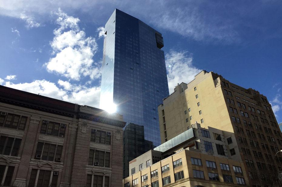 Le soleil se reflète sur un building de verre et d'acier