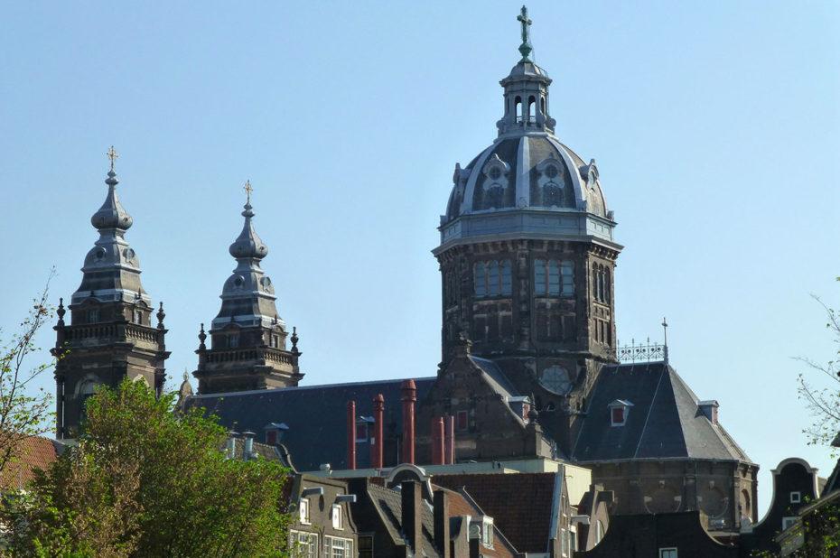 La basilique Saint-Nicolas d'Amsterdam, située en face de la Gare centrale
