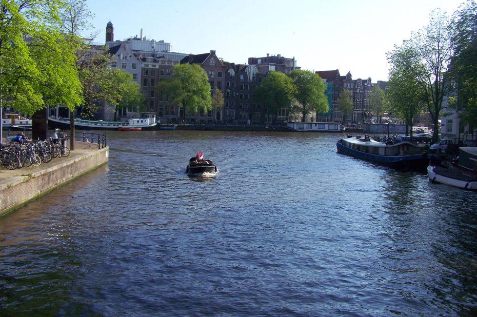 Le canal Zwanenburgwal se jette dans le fleuve Amstel