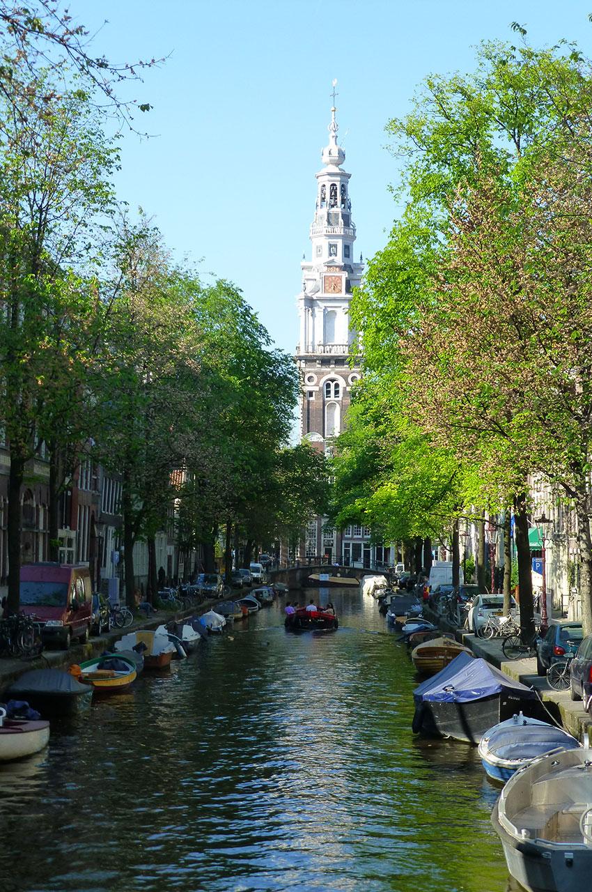 Clocher de l'église Zuiderkerk au bout du canal