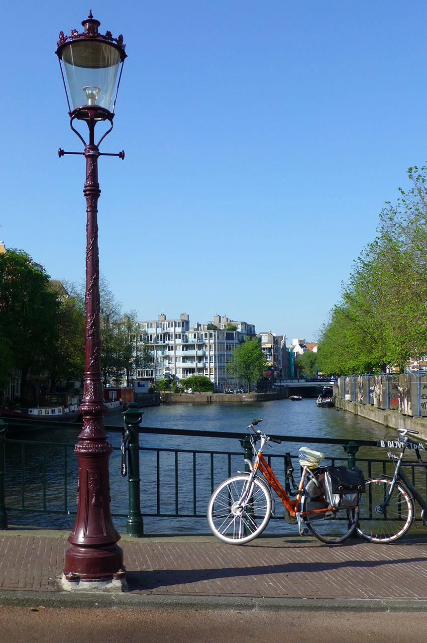 Lampadaire et vélos au bord d'un canal