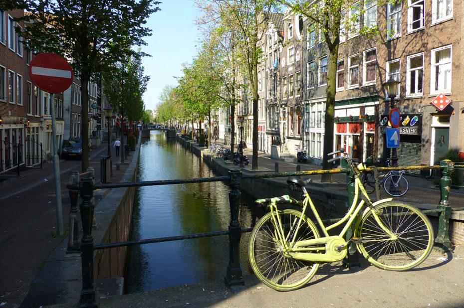 Promenade le long des canaux à Amsterdam