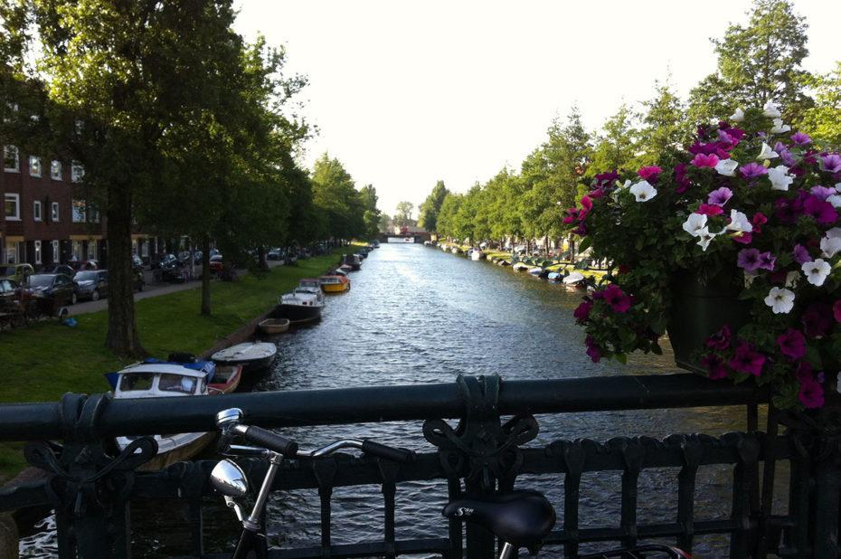 Le soleil se couche sur les canaux et les ponts fleuris