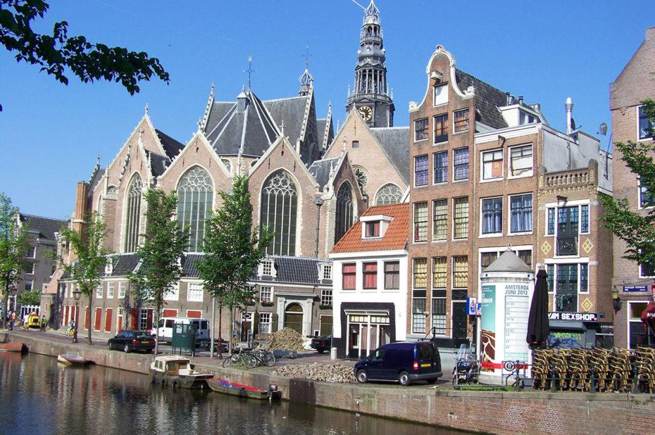 Vieille église d'Amsterdam au bord du canal
