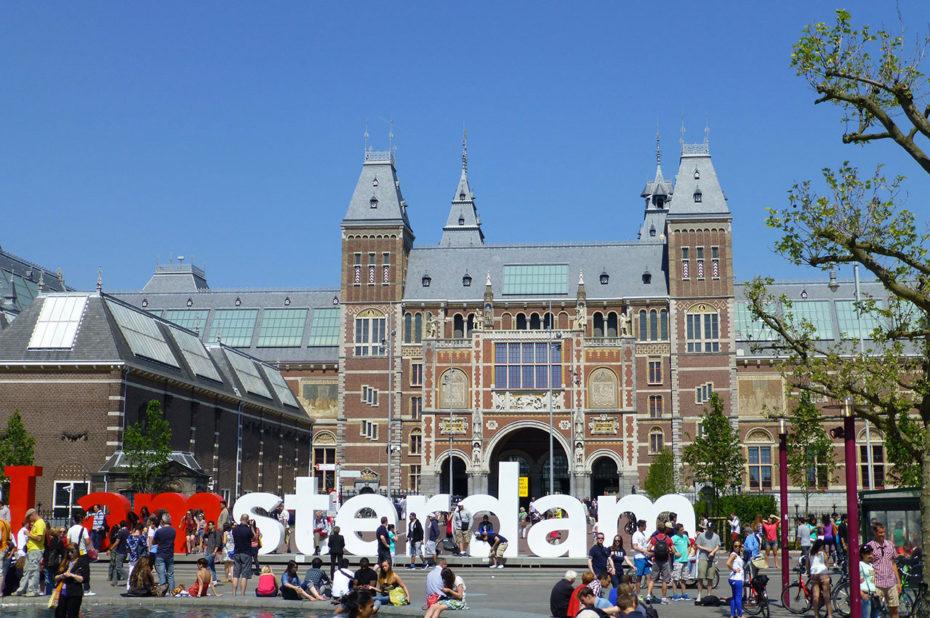Les lettres I Amsterdam très photographiées par les touristes