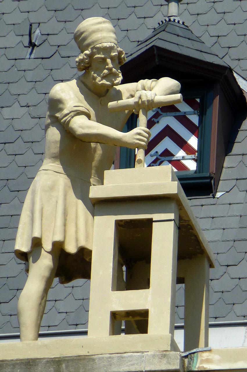 Statue sur la façade du Rijksmuseum