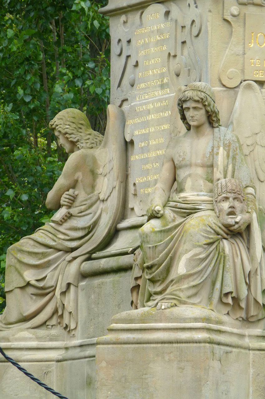 Pied de la statue de Joost van den Vondel sculptée par Louis Royer