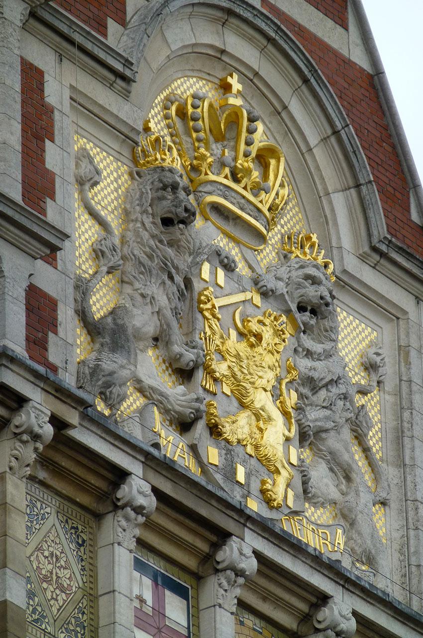 Détail de la façade de la gare d'Amsterdam Central