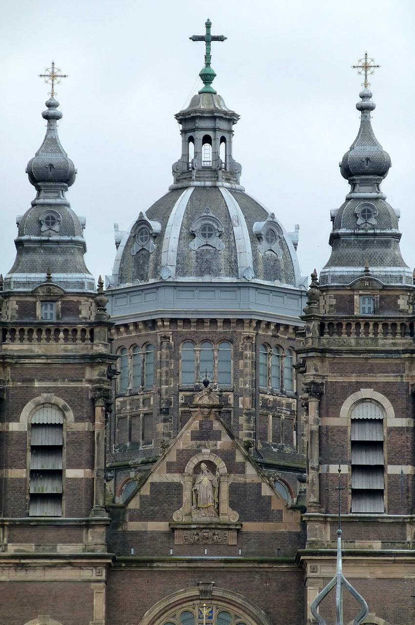 Façade de St Nicolaas Kerk à Amsterdam