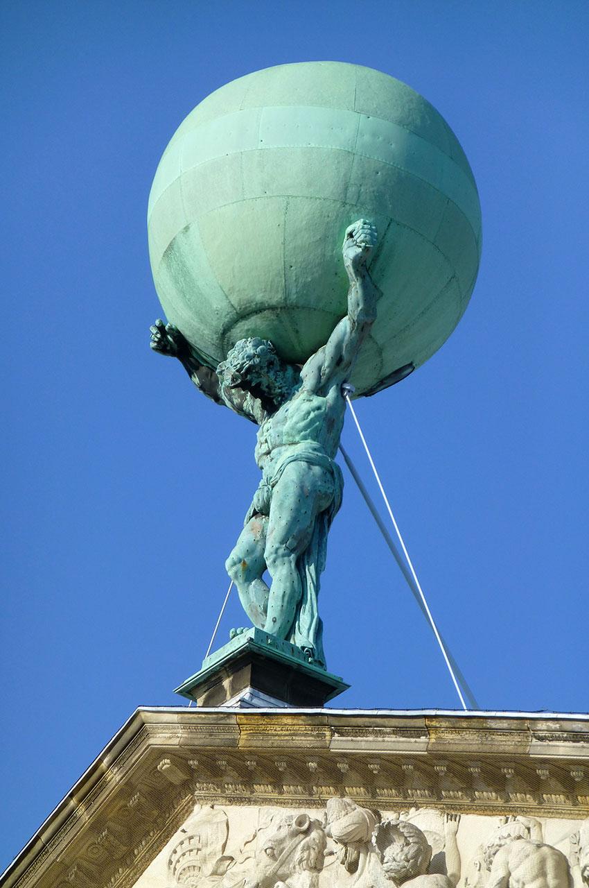 Statue d'Atlas portant le monde, sur le toit du palais royal
