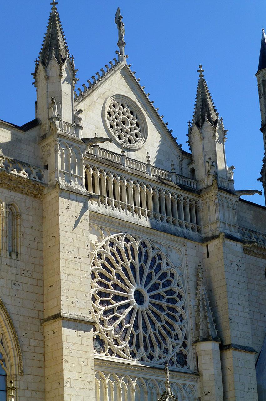 La cathédrale de Poitiers est de style gothique angevin